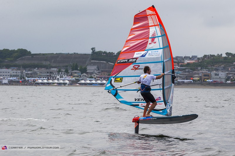 Antoine Questel survole la journée… en windfoil