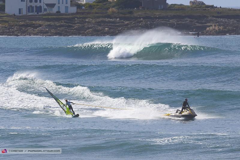 Du tow-in et des vagues