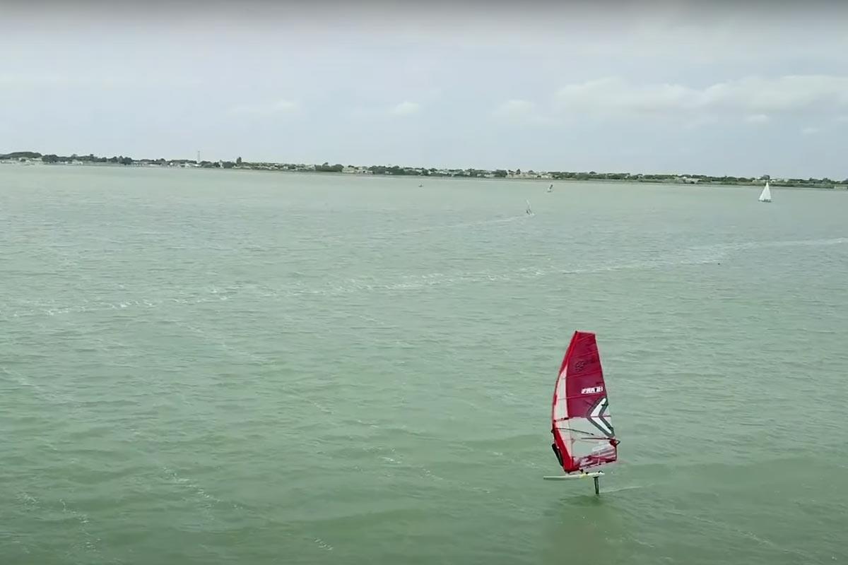 Benjamin Longy en windfoil à l'Île de Ré