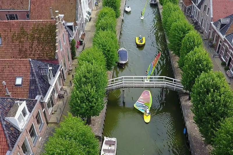 Du windsurf dans les canaux hollandais