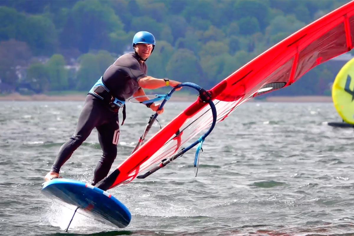 Gunnar Asmussen en windfoil à Flensburg