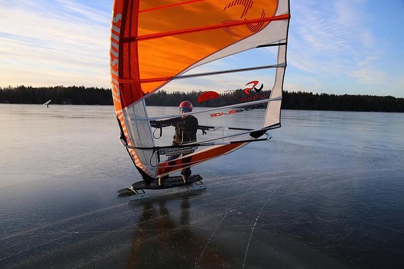 Du ice windsurfing en Finlande