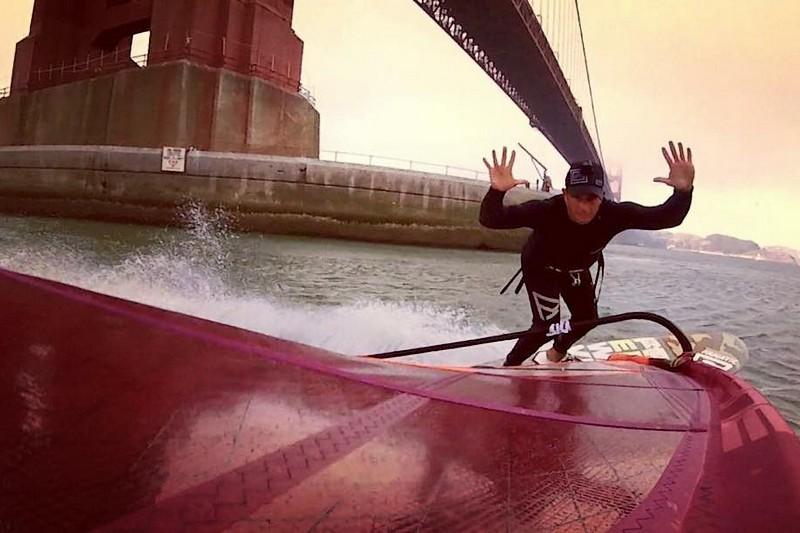 Du windsurf sous le Golden Gate Bridge
