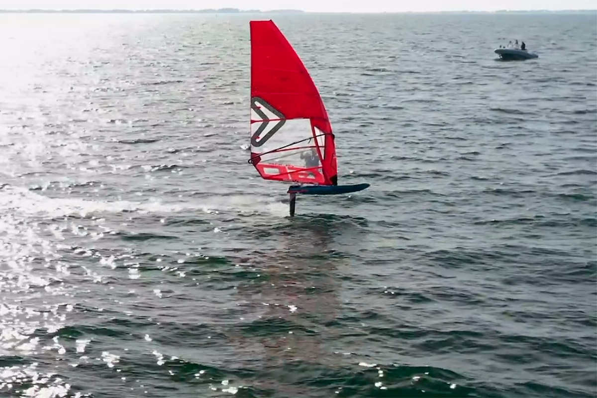 Louis Giard en IQFoil dans la baie de Quiberon