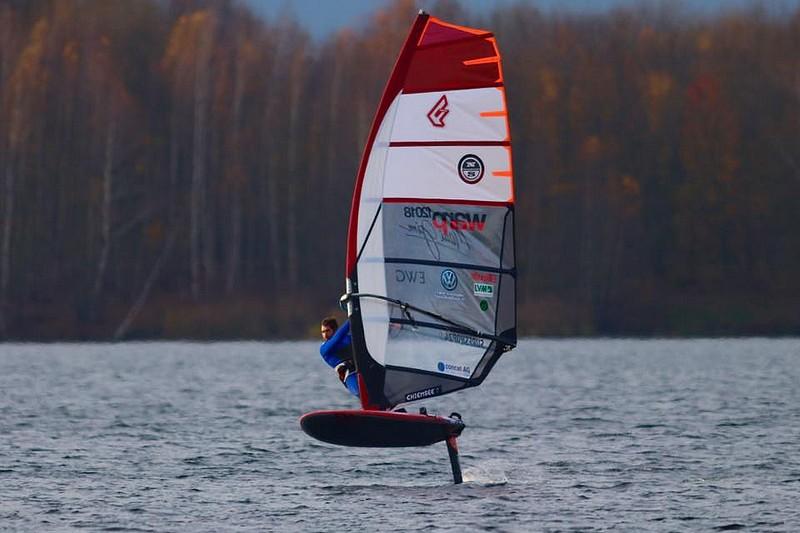 Vincent Langer en windfoil sur le lac Cossi